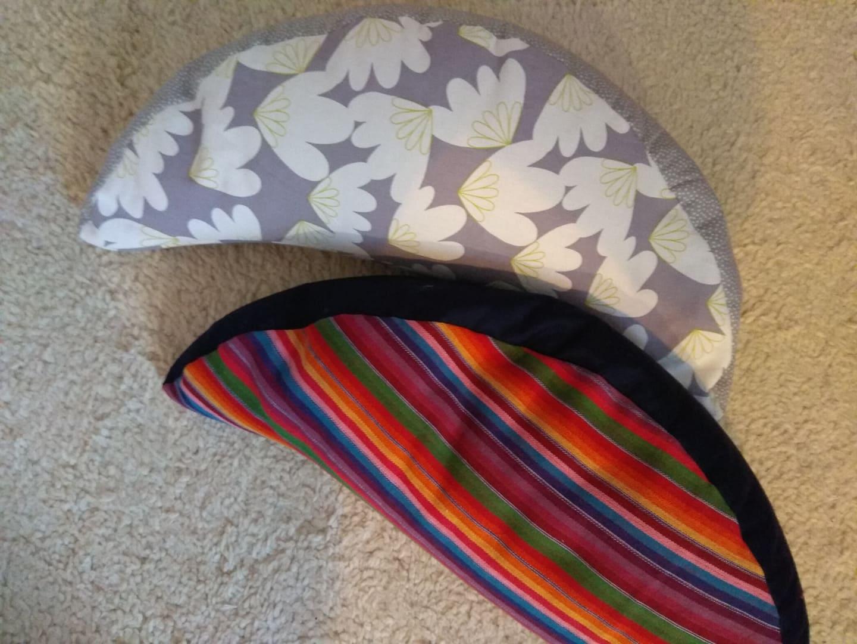 Yogakissen mit Hirseschalen gefüllt